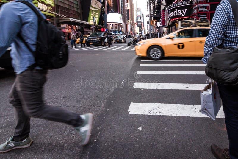 Les gens marchant autour des bâtiments de Times Square à New York City, twillight image stock