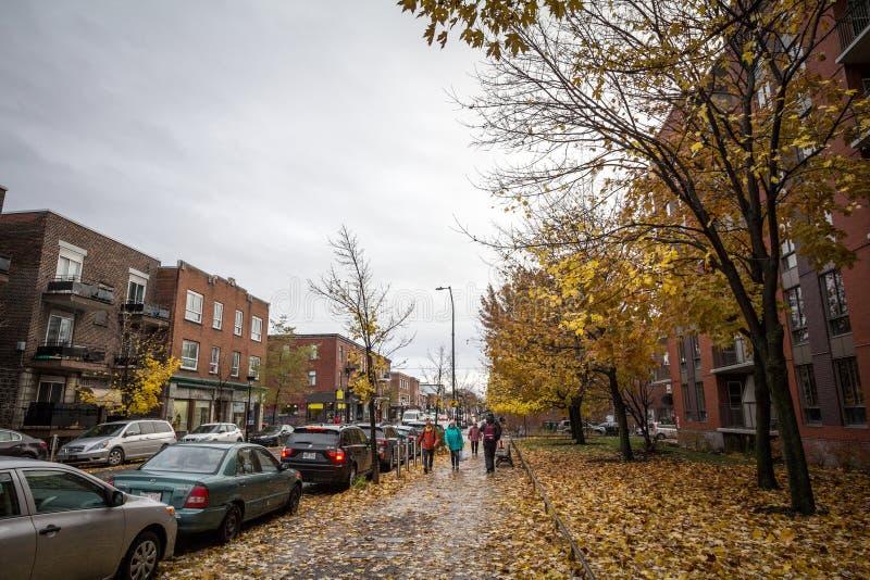 Les gens marchant avec pendant un après-midi pluvieux d'automne dans une rue de le Plateau, un distrct résidentiel de Montréal, Q images libres de droits