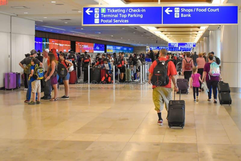Les gens marchant dans l'enregistrement et étiquetant le secteur chez Orlando International Airport 2 photographie stock libre de droits