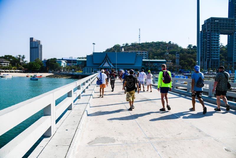 Les gens marchant dans le pont en plage de Pattaya images stock