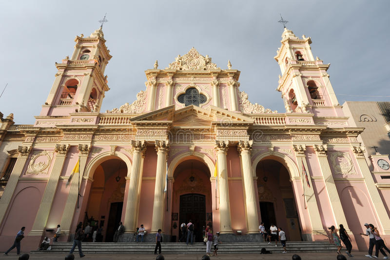 Les gens marchant devant la cathédrale de Salta sur Arg du nord photographie stock