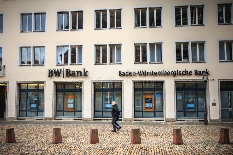 Les gens marchant devant une branche de la banque allemande de BW de banque photographie stock