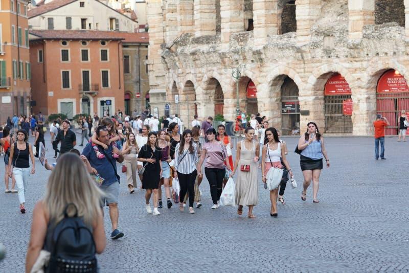Les gens marchant en dehors de Verona Arena, Italie photos libres de droits