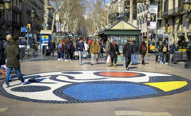 Les gens marchant en La Rambla, à Barcelone, l'Espagne images libres de droits