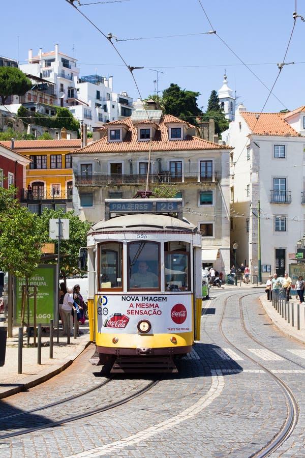 Les gens marchant en le tram rayent au centre de Lisbonne, Portugal images stock