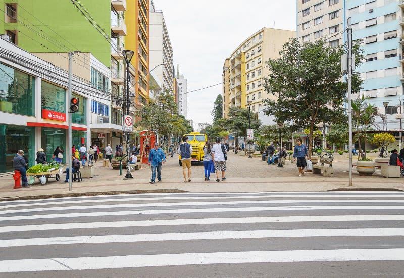 Les gens marchant entre les boutiques du centre dans Londrina image stock