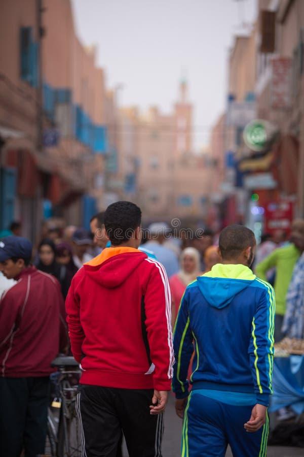Les gens marchant et faisant des emplettes dans la vieille rue de Tiznit, Maroc photographie stock libre de droits