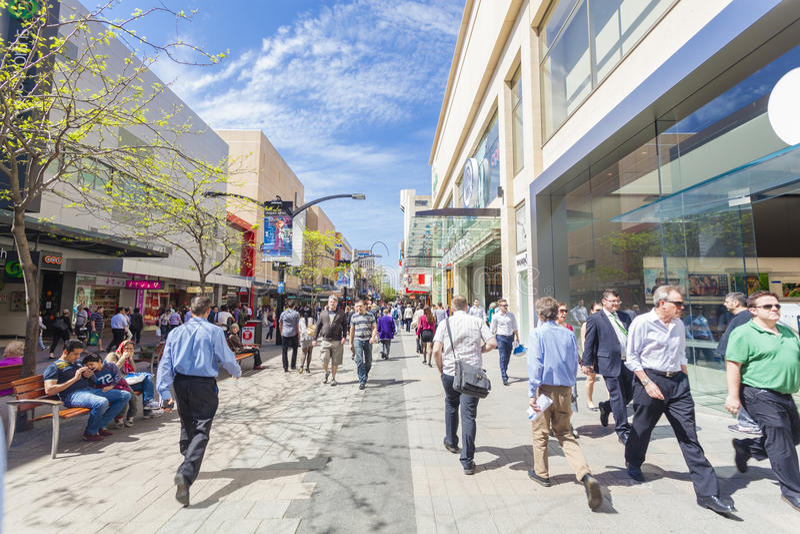 Les gens marchant le long du mail de Rundle à Adelaïde photographie stock