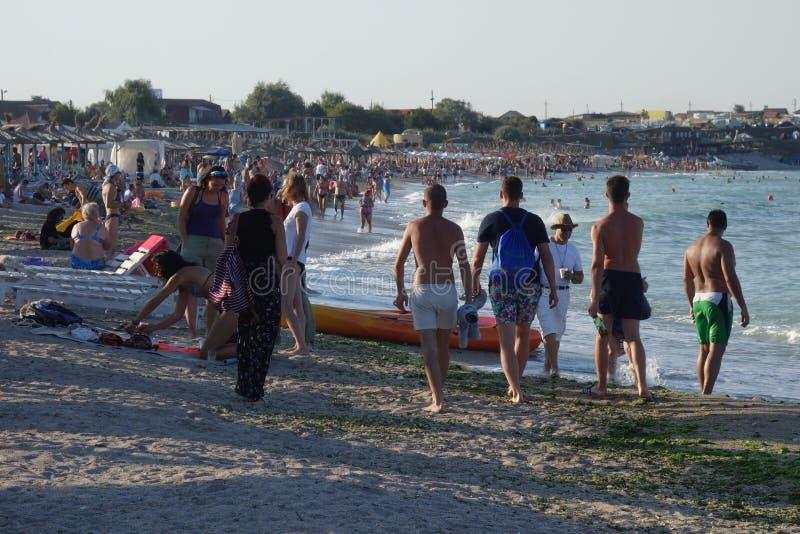 Les gens marchant ou se bronzant sur la plage photos libres de droits