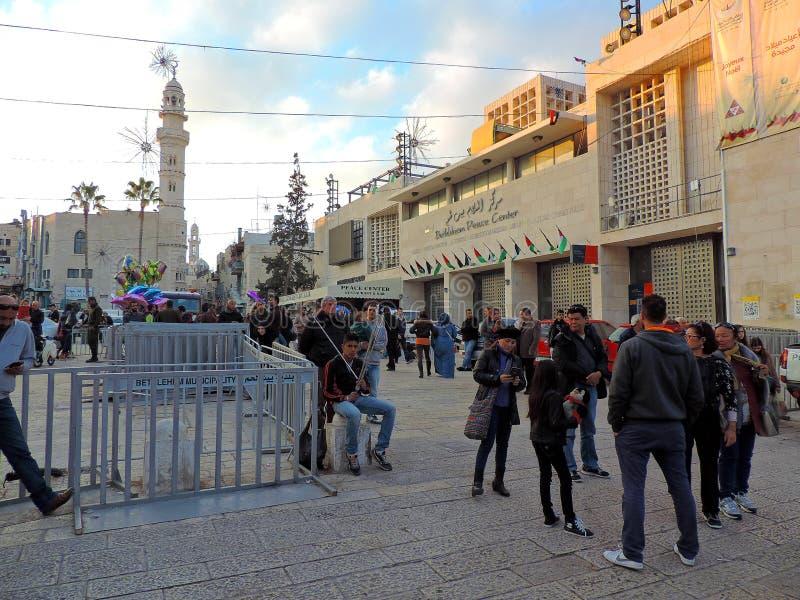 Les gens marchant près de l'église de la nativité, Bethlehem le réveillon de Noël photos libres de droits