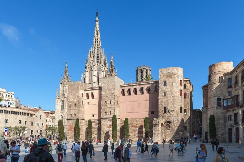Les gens marchant près de la cathédrale de la croix et du saint saints Eulalia, également connue sous le nom de cathédrale de Bar photos stock