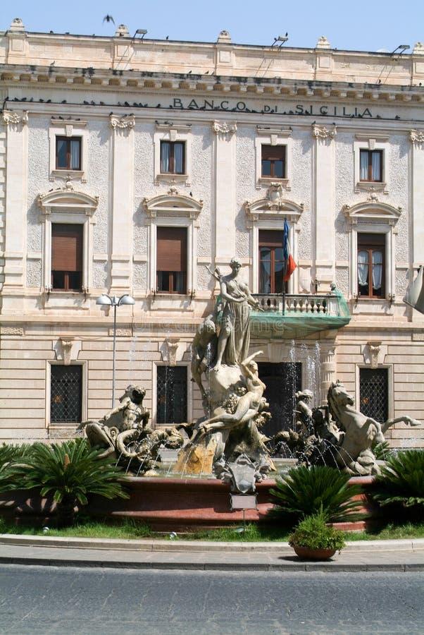 Les gens marchant sur Archimede ajustent à Palerme sur l'Italie image libre de droits