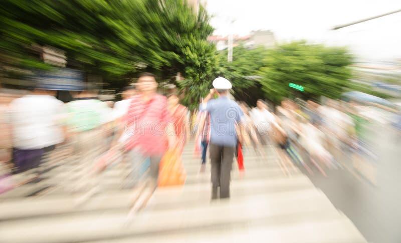 Les gens marchant sur la grande rue de ville photos stock