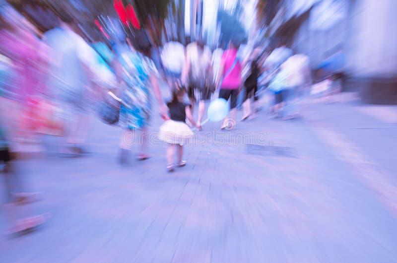 Les gens marchant sur la grande rue de ville photo stock