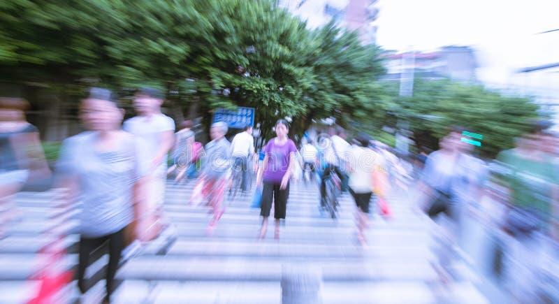 Les gens marchant sur la grande rue de ville images libres de droits