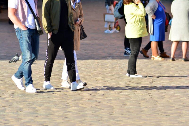 Les gens marchant sur la grande rue de ville, abrégé sur de croisement brouillé mouvement image stock