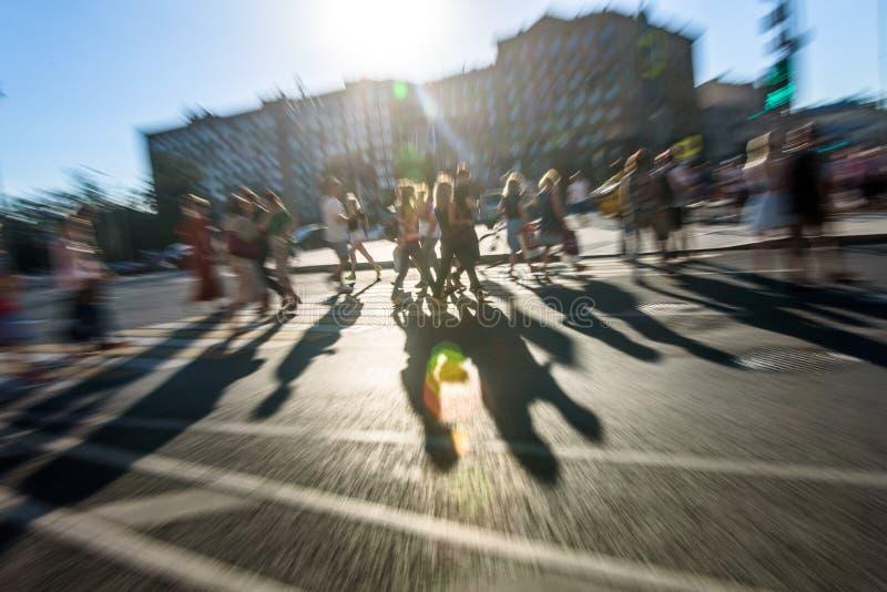 Les gens marchant sur la rue images libres de droits