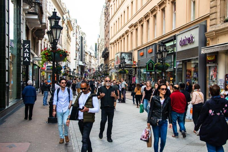 Les gens marchant sur la rue d'utca de Vaci photographie stock libre de droits