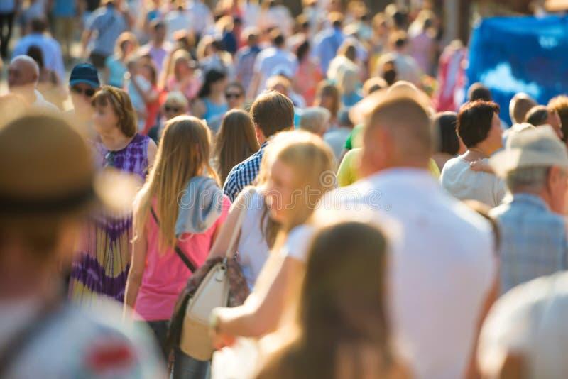 Les gens marchant sur la rue de ville photographie stock