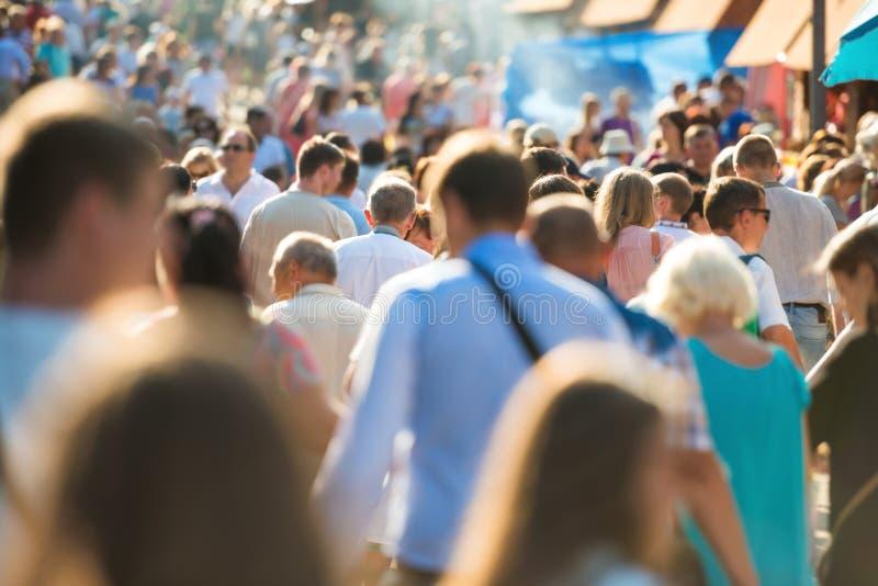 Les gens marchant sur la rue de ville photo stock