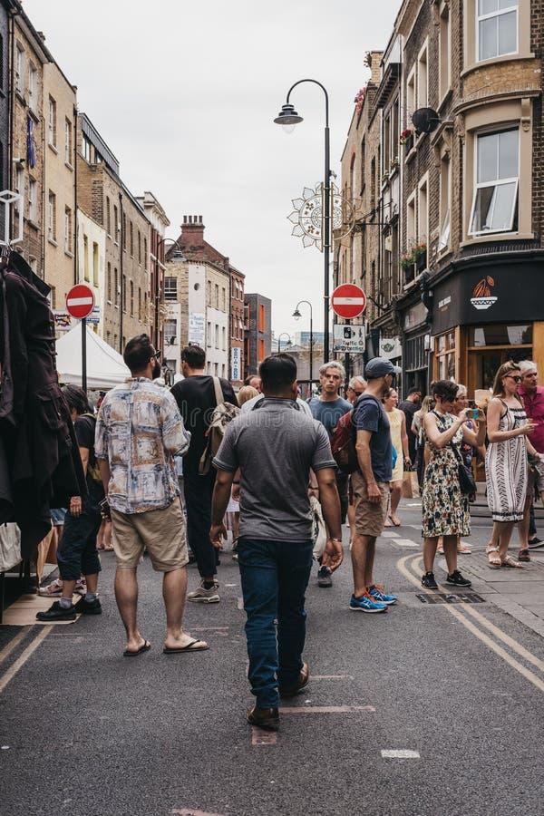 Les gens marchant sur la ruelle de brique, Londres, R-U photos stock