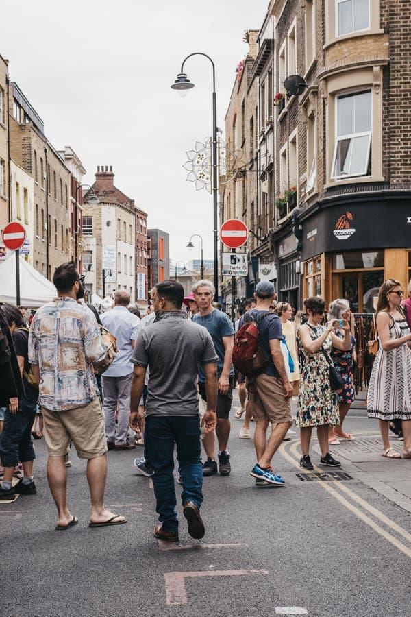 Les gens marchant sur la ruelle de brique, Londres, R-U photographie stock libre de droits