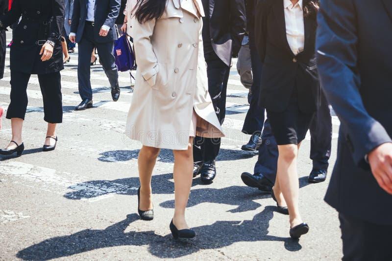 Les gens marchant sur le mode de vie de ville de femmes d'affaires de rue image libre de droits