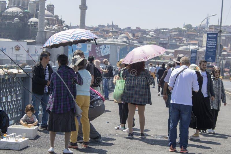Les gens marchant sur le pont de Galata photo libre de droits