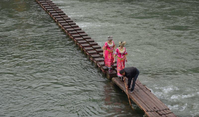 Les gens marchant sur le pont en bois à la ville de Fenghuang dans Hunan, Chine image stock