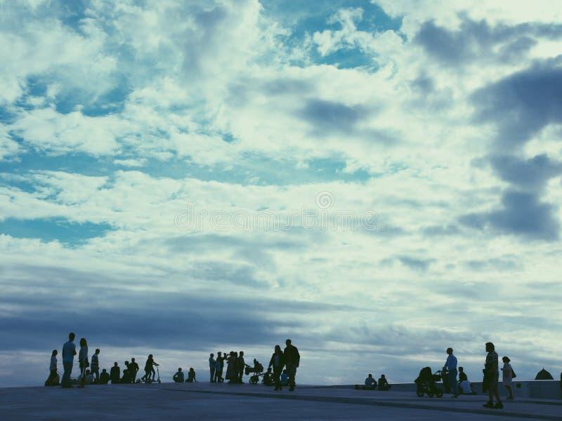 Les gens marchant sur le toit de théatre de l'opéra d'Oslo norway images libres de droits