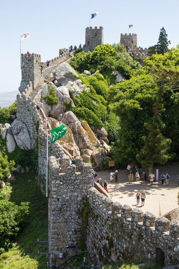 Les gens marchant sur les murs du château du amarrent, Sintra, Portugal photos stock