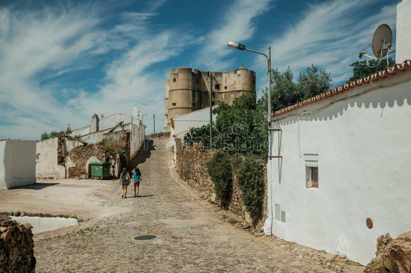 Les gens marchant vers le haut de la rue au château d'Evoramonte images libres de droits