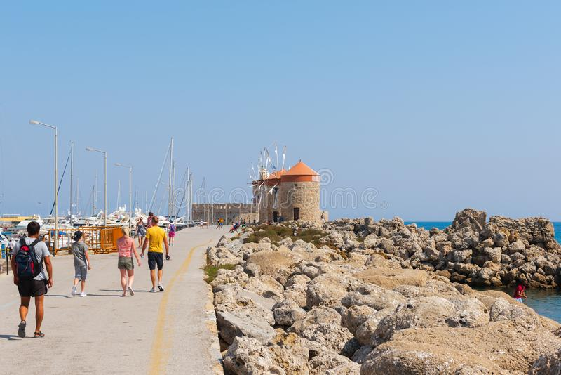 Les gens marchent à la promenade de la ville de Rhodes photographie stock libre de droits