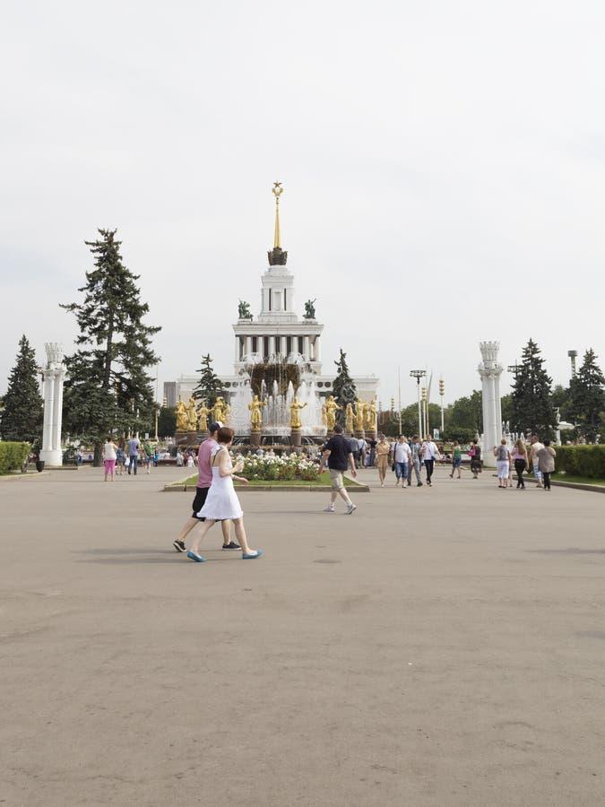 Les gens marchent à une amitié de fontaine des peuples photos libres de droits