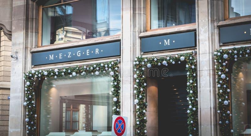 Les gens marchent après la fenêtre d'un magasin de bijoux à Bâle photos stock