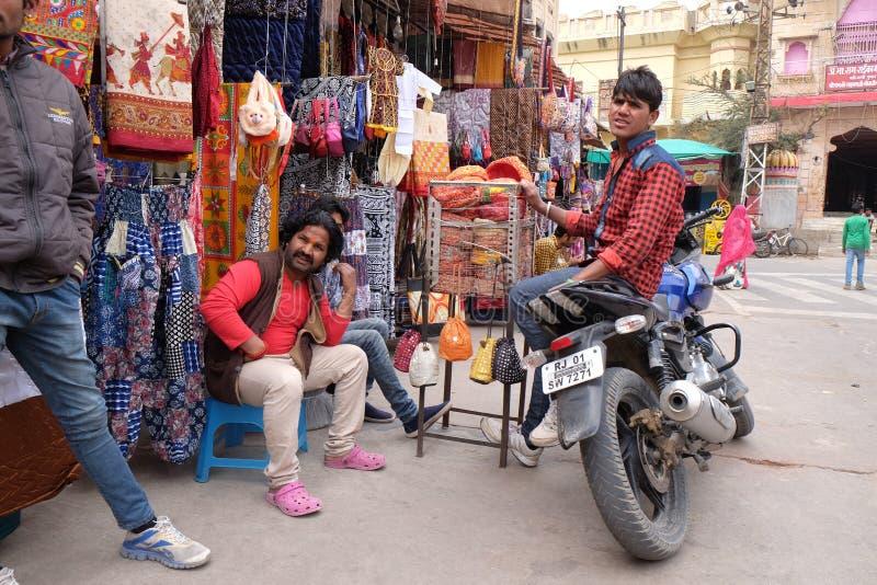 Les gens marchent autour en centre ville dans Pushkar, Inde photo stock