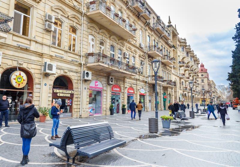 Les gens marchent dans la rue de Nizami dans le ceter de la ville Bakou l'azerbaïdjan images stock