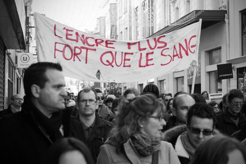 Les gens marchent dans une marche de citoyen à Angoulême, France sur la 11ème de janvier 2015 après le massacre chez Charlie Hebd image libre de droits