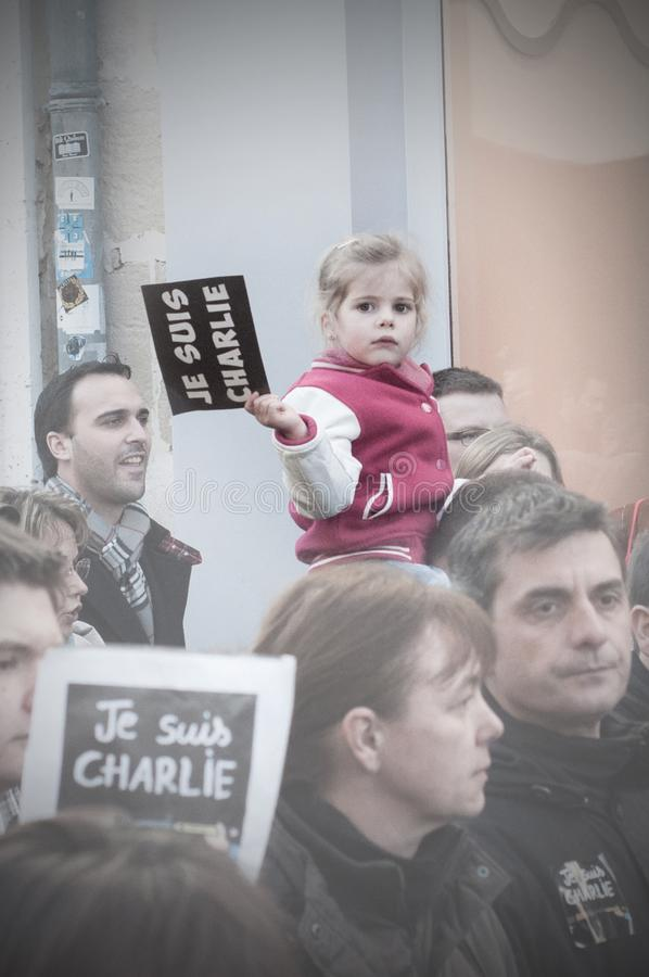 Les gens marchent dans une marche de citoyen à Angoulême, France sur la 11ème de janvier 2015 après le massacre chez Charlie Hebd images stock