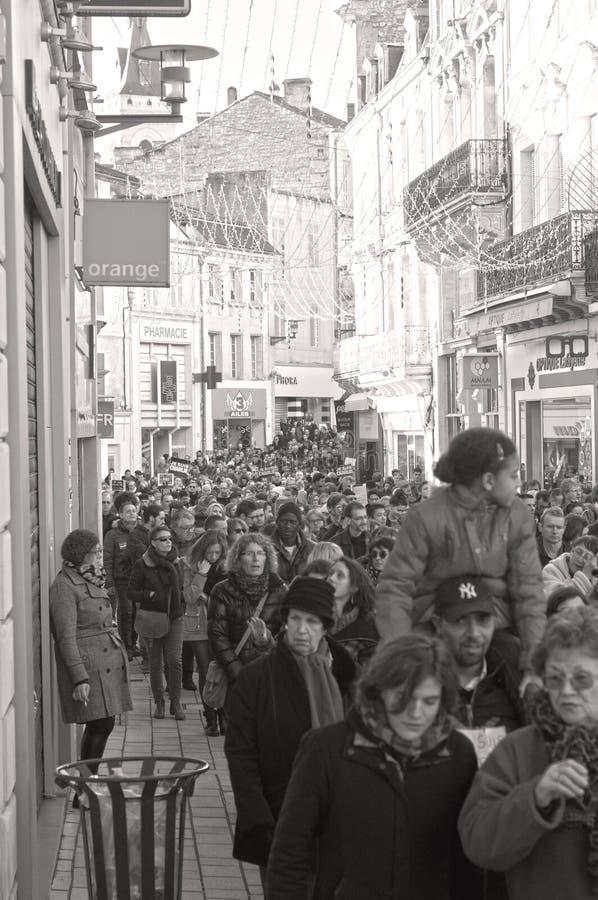 Les gens marchent dans une marche de citoyen à Angoulême, France sur la 11ème de janvier 2015 après le massacre chez Charlie Hebd photographie stock