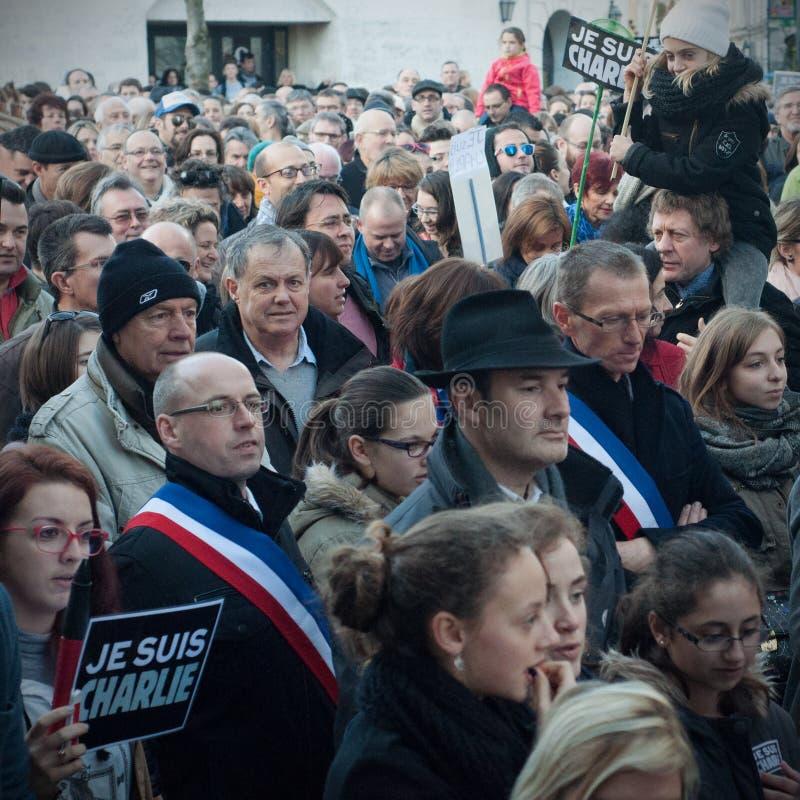 Les gens marchent dans une marche de citoyen à Angoulême, France sur la 11ème de janvier 2015 après le massacre chez Charlie Hebd photographie stock libre de droits