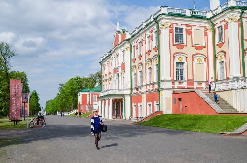 Les gens marchent en parc Kadriorg, Tallinn, Estonie image stock