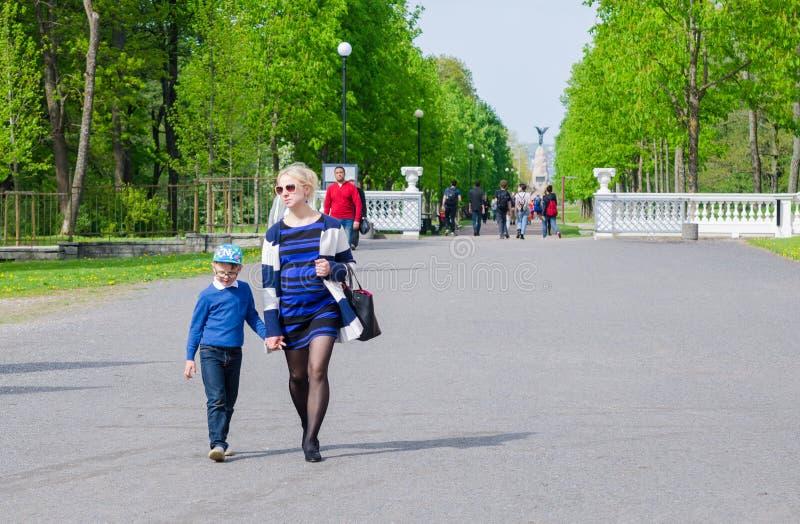 Les gens marchent en parc Kadriorg, Tallinn, Estonie photographie stock libre de droits