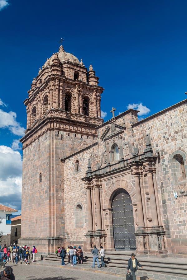 Les gens marchent par le couvent Santo Domingo dans Cuzco photo libre de droits