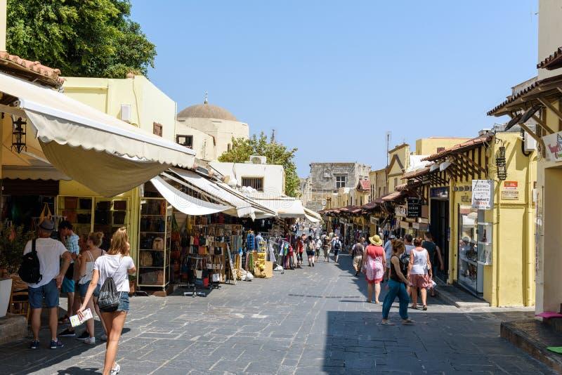 Les gens marchent sur la rue de la ville de Rhodes, île de Rhodes, Grèce photographie stock