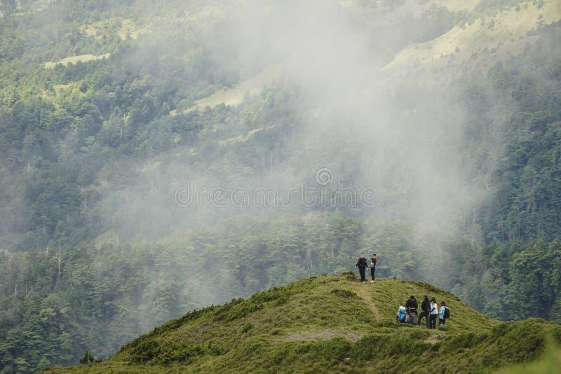 Les gens marchent sur la traînée de la montagne de Hehuan Ils ont toujours beaucoup de chemin à faire photographie stock