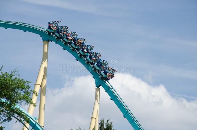 Les gens montant les montagnes russes de Kraken - Seaworld, Orlando photo libre de droits