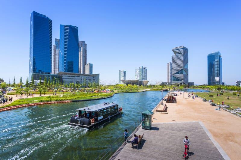 Les gens montent un bateau de touristes en été de la Corée images stock
