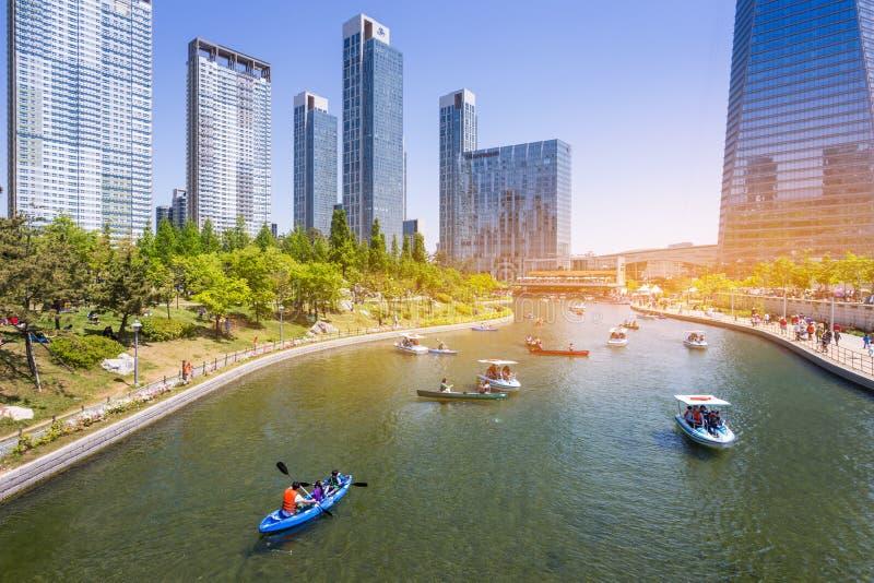 Les gens montent un bateau de touristes en été de la Corée au Central Park dans le secteur de Songdo, Incheon Corée du Sud photos stock
