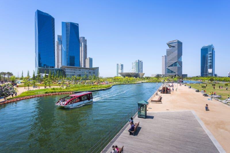 Les gens montent un bateau de touristes en été de la Corée au Central Park dans le secteur de Songdo, Incheon Corée du Sud image stock